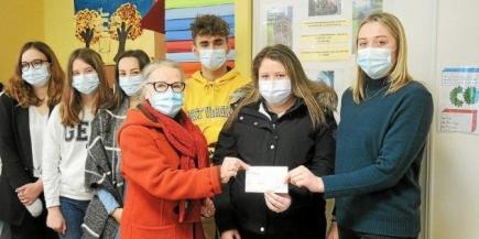 Régine Patrier, présidente du Rotary Club de Paimpol, reçoit le chèque de soutien des mains de Margot et Maïwen, de Kersa. (ALEXIA TETTELIN)